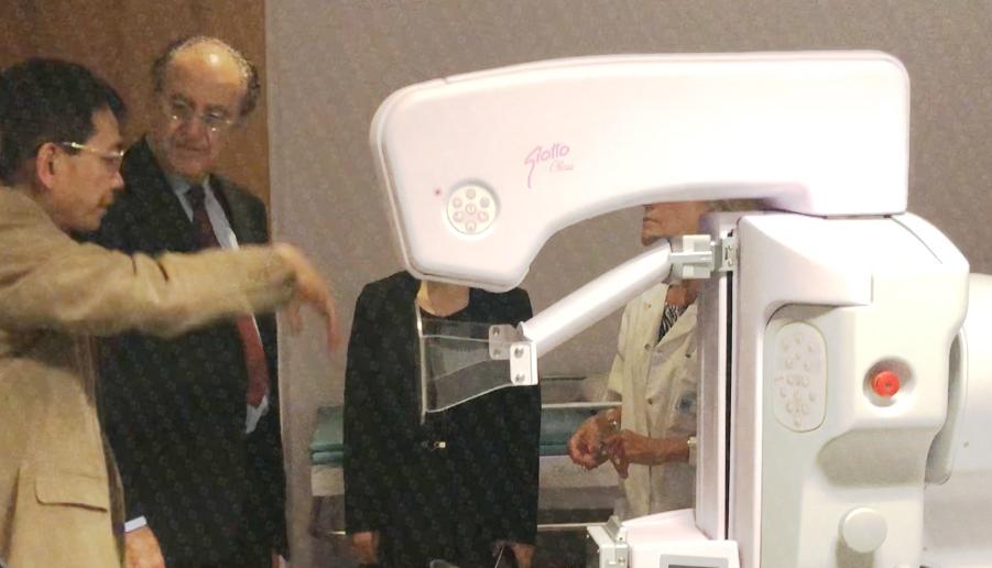 苏逢锡教授(左一)和大卫·埃利亚医学博士(左二)在法国赫尔曼医院热烈交流