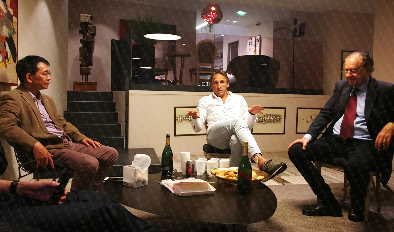 """苏逢锡教授(左)、克里希纳·克劳医生(中)、大卫·埃利亚医学博士(右) 乳腺肿瘤全程管理""""三巨头""""在法国乳腺研究所就相关技术、理念、合作进行深入探讨"""