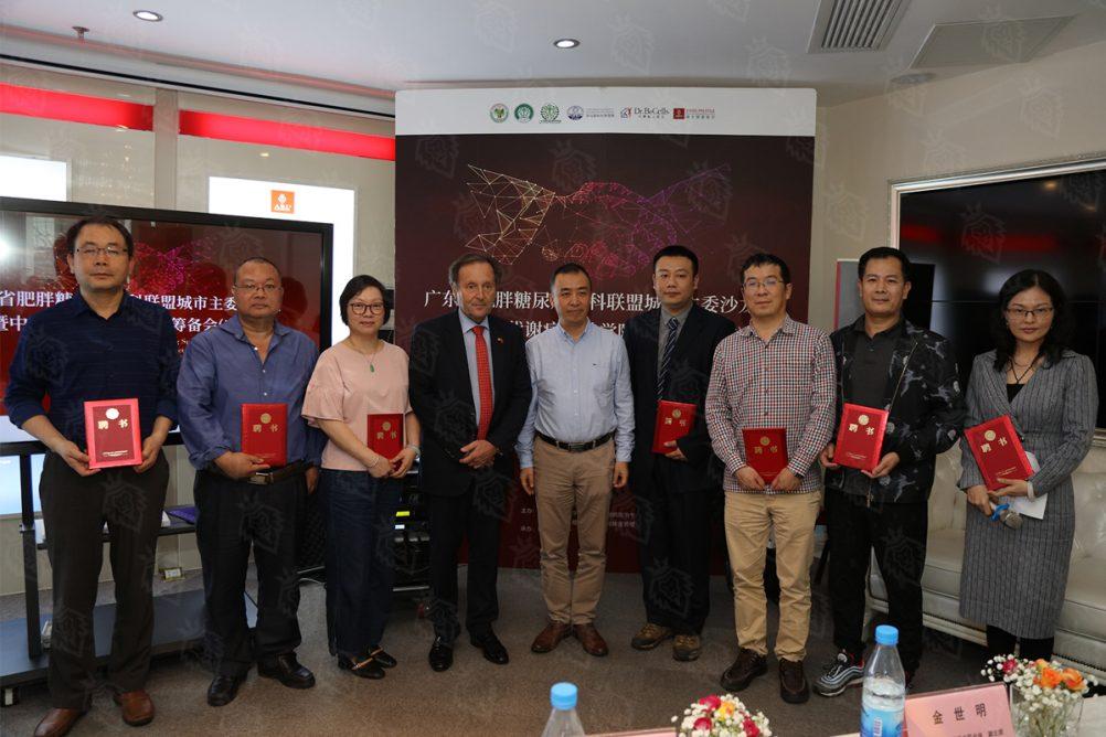 保罗·伯兹利教授与陈宏教授一起为与会专家颁发中欧代谢病营养学院筹备组成员证书